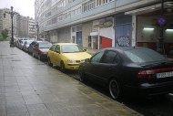 samochody zaparkowane na poboczu